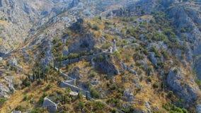 Vista aerea di una cappella nelle montagne, Cattaro, Montenegro della chiesa stock footage