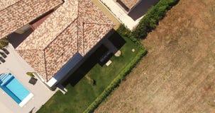 Vista aerea di una casa con lo stagno stock footage