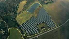 Vista aerea di una centrale elettrica solare e di un allevamento di pecore sotto le nuvole L'Umbria, Italia video d archivio
