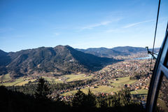Vista aerea di una città in una valle della montagna Immagini Stock