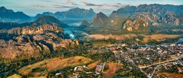 Vista aerea di una cittadina nella valle e nel fiume della montagna rocciosa Immagini Stock Libere da Diritti