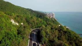 Vista aerea di una depressione curva della strada di avvolgimento le montagne a Soci, Russia vicino a Mar Nero video d archivio