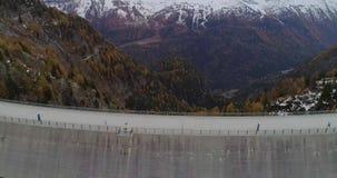 Vista aerea di una diga stock footage