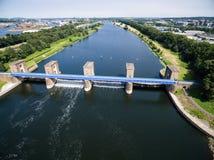 Vista aerea di una diga storica fotografie stock