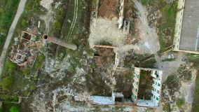 Vista aerea di una fabbrica distrutta Resti delle costruzioni archivi video