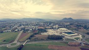 Vista aerea di una rotonda che collega le strade differenti fotografia stock libera da diritti