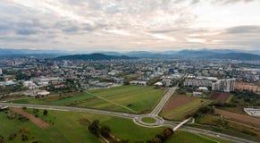 Vista aerea di una rotonda che collega le strade differenti fotografie stock