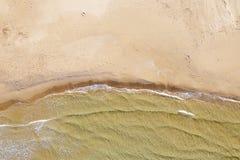 Vista aerea di una spiaggia con le onde immagine stock