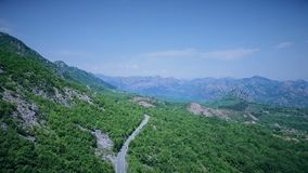 Vista aerea di una strada di bobina curva con il passaggio delle automobili Strada della montagna archivi video