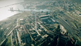 Vista aerea di una zona industriale vicino al porto marittimo archivi video