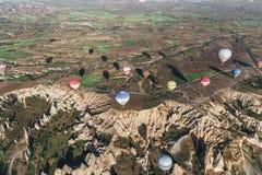 vista aerea di varie mongolfiere variopinte che volano sopra il cappadocia, tacchino fotografia stock libera da diritti