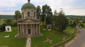 Vista aerea di vecchia chiesa cattolica con le coppie nell'amore stock footage