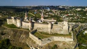 Vista aerea di vecchia fortezza Castello di pietra nella città di Kamenets-Podolsky Bello vecchio castello in Ucraina fotografie stock