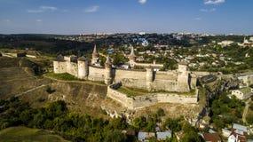 Vista aerea di vecchia fortezza Castello di pietra nella città di Kamenets-Podolsky Bello vecchio castello in Ucraina fotografia stock libera da diritti