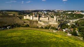 Vista aerea di vecchia fortezza Castello di pietra nella città di Kamenets-Podolsky Bello vecchio castello in Ucraina fotografia stock
