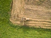 Vista aerea di vecchia mietitrebbiatrice al raccolto di grano Immagine Stock