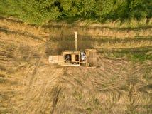 Vista aerea di vecchia mietitrebbiatrice al raccolto di grano Immagine Stock Libera da Diritti