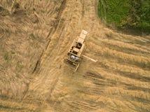 Vista aerea di vecchia mietitrebbiatrice al raccolto di grano Fotografie Stock Libere da Diritti