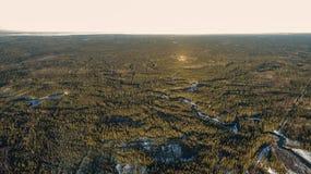 Vista aerea di vecchie colate della neve della foresta della strada asfaltata in primavera fotografia stock