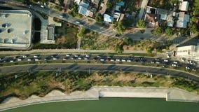 Vista aerea di volo del fuco della strada principale pesante occupata dell'ingorgo stradale di ora di punta della città dell'auto stock footage