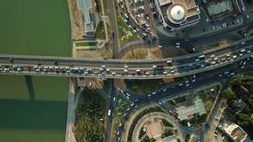 Vista aerea di volo del fuco della strada principale pesante occupata dell'ingorgo stradale di ora di punta della città dell'auto archivi video