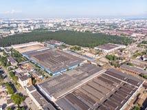 Vista aerea di zona industriale urbana con i fabbricati industriali fotografie stock libere da diritti