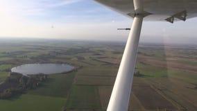 Vista aerea durante l'autunno   lago e campi stock footage