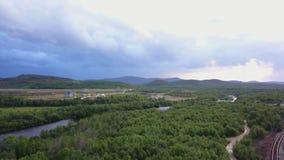Vista aerea epica del fiume Salmon veloce Pechenga all'isola dei semi della cola stock footage