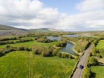 Vista aerea epica di bella natura irlandese della campagna fotografie stock libere da diritti
