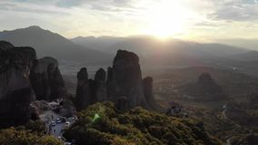 Vista aerea epica di tramonto delle montagne della Grecia stock footage