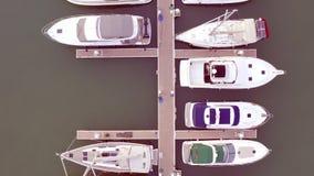 Vista aerea in fuco dell'yacht club e del porticciolo Punto di vista superiore dell'yacht club Barche bianche in acqua di mare Ya stock footage