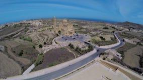 Vista aerea Gozo, Malta, basilica famosa di Pinu di tum stock footage