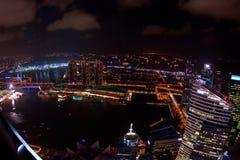 Vista aerea grandangolare di notte dell'orizzonte della città di Singapore Immagini Stock