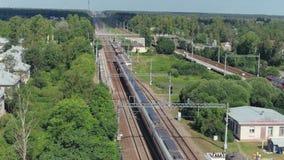 Vista aerea: il treno passeggeri veloce guida dal villaggio a capitale di paese La Russia settembre 2018 stock footage