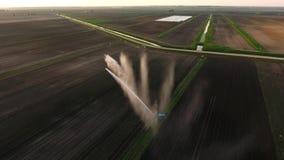 Vista aerea: Impianto di irrigazione che innaffia un campo dell'azienda agricola Fotografia Stock Libera da Diritti