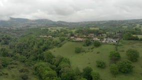 Vista aerea impressionante della campagna con la valle ed alberi verdi, colline e prati video d archivio