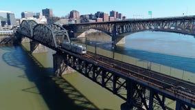 Vista aerea inversa lenta del sottopassaggio a Pittsburgh archivi video