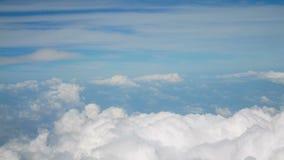 vista aerea 4k il volo sopra bianco lanuginoso gonfio si appanna il cielo blu Priorità bassa di Cloudscape archivi video