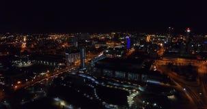 Vista aerea, Knoxville, Tennessee, U.S.A. del centro alla notte, centro di convenzione 4k video d archivio