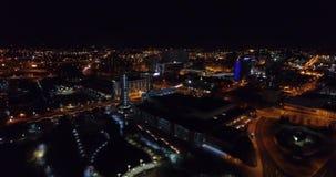 Vista aerea, Knoxville, Tennessee, U.S.A. del centro alla notte, centro di convenzione 4k archivi video