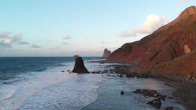 Vista aerea - l'oceano selvaggio e la costa dell'isola al tramonto in spiaggia di Benijo, Tenerife, isole Canarie, Spagna archivi video