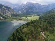 Vista aerea, lago Almsee nelle alpi austriache Immagini Stock