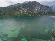 Vista aerea, lago Almsee nelle alpi austriache Fotografie Stock Libere da Diritti