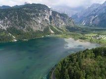 Vista aerea, lago Almsee nelle alpi austriache Immagini Stock Libere da Diritti