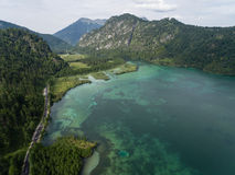 Vista aerea, lago Almsee nelle alpi austriache Fotografia Stock Libera da Diritti