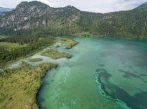 Vista aerea, lago Almsee nelle alpi austriache Fotografie Stock