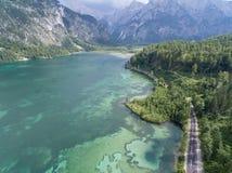 Vista aerea, lago Almsee nelle alpi austriache Immagine Stock