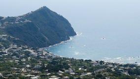 Vista aerea linea costiera del mar Tirreno blu increspato, isola degli ischi, giorno soleggiato archivi video