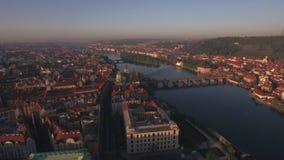 Vista aerea lungo il fiume della Moldava di estate Praga, repubblica Ceca archivi video