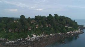 Vista aerea lungo la linea costiera di bella isola colpo Isola verde con le rive dei pini ed il bello mare blu archivi video